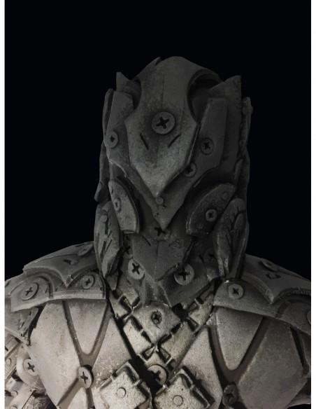 acero y Neumáticos. Inspirada en la figura de un guerreo y una altura de 110cm.